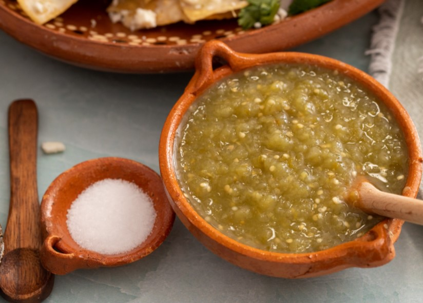 Serve chilaquiles con carne asada with sauce